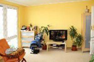 zdjęcie przedstawia salon w mieszkaniu na Żoliborzu w Warszawie do sprzedaży