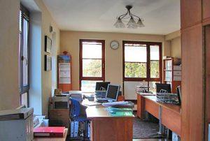 zdjęcie przedstawia salon w mieszkaniu na sprzedaż w Warszawie - Ochota