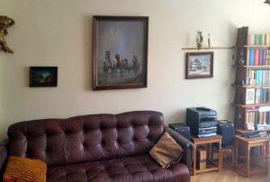 zdjęcie przedstawia fragment salonu w mieszkaniu na sprzedaż w Warszawie
