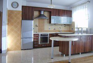 na zdjęciu zaprezentowano widok z salonu na aneks kuchenny w mieszkaniu do sprzedaży w Warszawie - Ochota