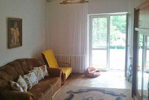 zdjęcie przedstawia salon w mieszkaniu do sprzedaży w Warszawie