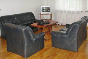 na zdjęciu salon w mieszkaniu do sprzedaży w Warszawie