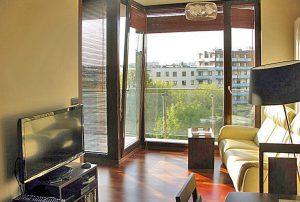 na zdjęciu widok na salon w mieszkaniu do sprzedaży w Warszawie