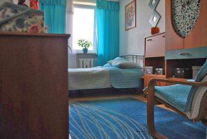 zdjęcie prezentuje jeden z pokoi w mieszkaniu do sprzedaży w Warszawie