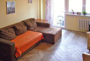 zdjęcie prezentuje salon w mieszkaniu na sprzedaż w Warszawie