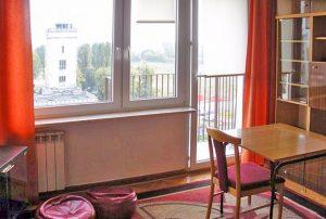 zdjęcie przedstawia salon / duży pokój z balkonem w mieszkaniu do sprzedaży w Warszawie