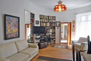 zdjęcie przedstawia salon mieszkania na sprzedaż w Warszawie