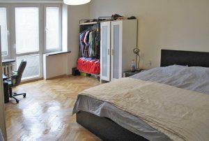 na zdjęciu salon w mieszkaniu do sprzedaży w Warszawie na Żoliborzu