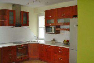 zdjęcie przedstawia komfortowo iurządzony aneks kuchenny w mieszkaniu na sprzedaż w Warszawie