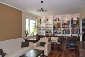 na zdjęciu salon w mieszkaniu na sprzedaż w Warszawie