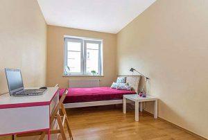 na zdjęciu jeden z pokoi w mieszkaniu na sprzedaż w Warszawie