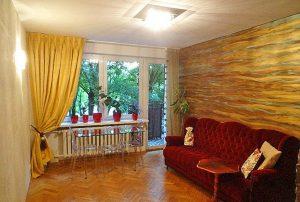 na zdjęciu salon w mieszkaniu do sprzedaży w Warszawie na Ochocie