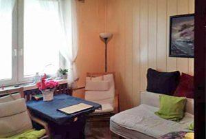 na zdjęciu salon w mieszkaniu na sprzedaż w Warszawie (Ochota)