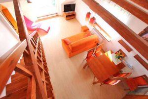 na zdjęciu widok z góry na salon w mieszkaniu do sprzedaży w Warszawie