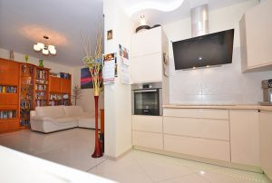 na zdjęciu aneks kuchenny oraz salon w mieszkaniu na sprzedaż w Warszawie