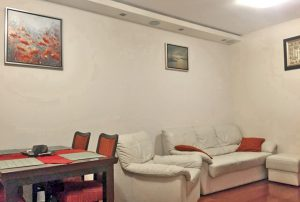 zdjęcie przedstawia salon w mieszkaniu na sprzedaż w Warszawie