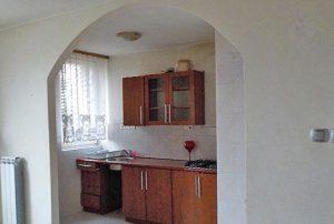 na zdjęciu widok z salonu na kuchnię w mieszkaniu do sprzedaży w Warszawie