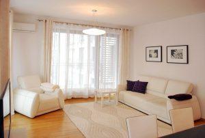 zdjęcie prezentuje luksusowy salon w ekskluzywnym apartamencie do wynajęcia w Warszawie