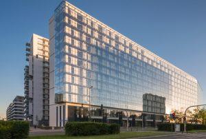 imponujący apartamentowiec, w którym znajduje się oferowane na sprzedaż mieszkanie Warszawa