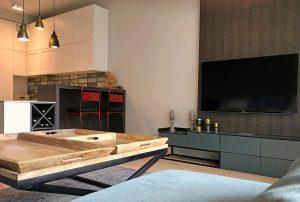 komfortowy salon z kominkiem w mieszkaniu do sprzedaży Warszawa